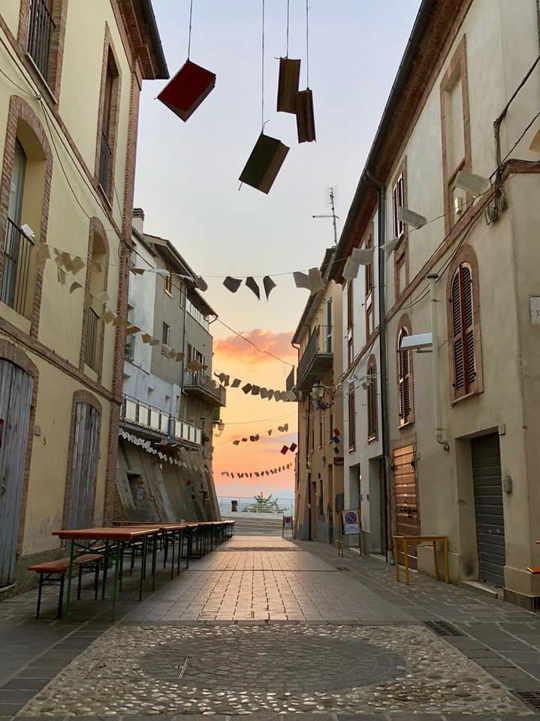 strade decorate con dei libri in occasione del festival del libro abruzzese