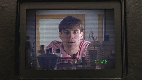 """Immagine presa dal film """"The Truman Show"""" che raffigura Jim Carrey ripreso da una telecamera"""